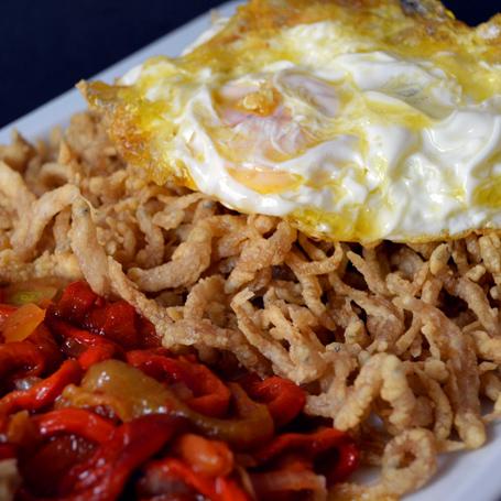 Chanquetes con huevo y ensalada de pimientos